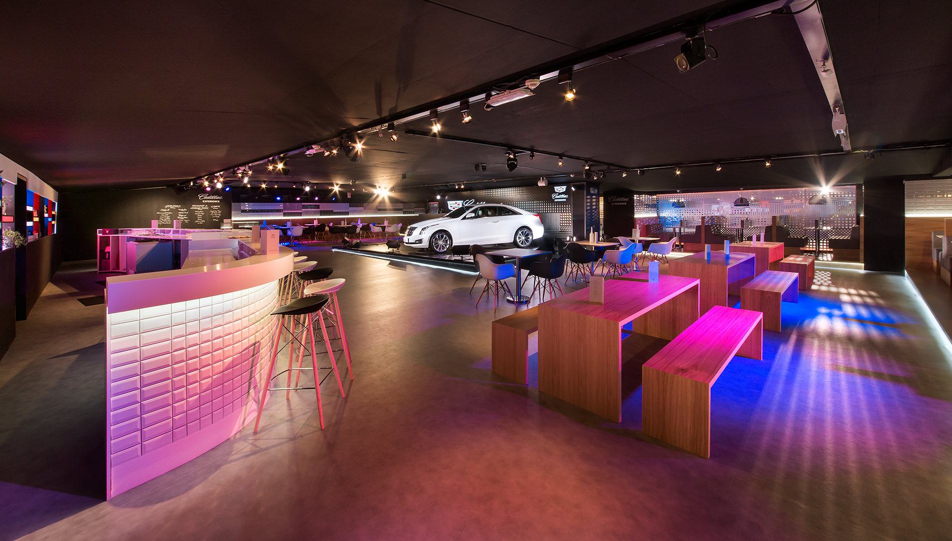 Messe Design Live Kommunikation Berlin Cadillac Experience Bar Bistro Auto Going Places EventLabs