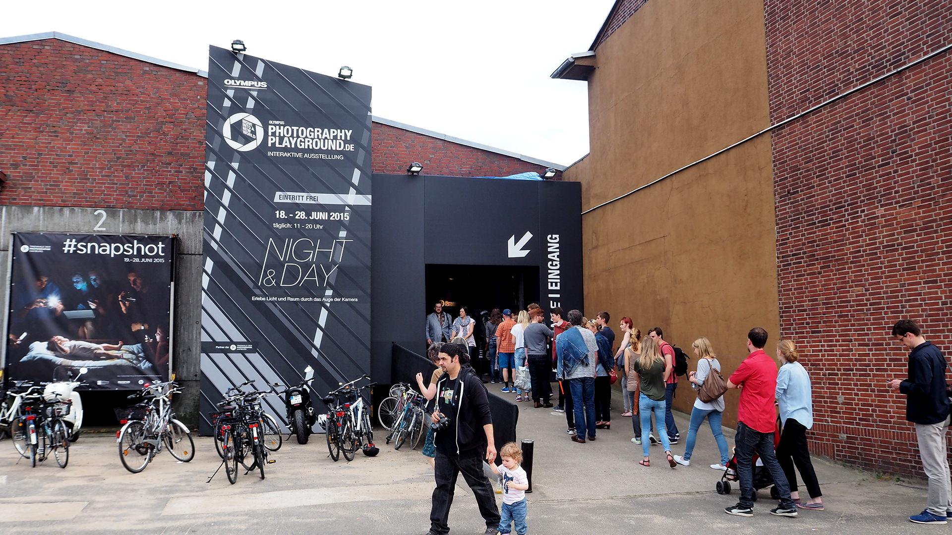 Messe Design Live Kommunikation Hamburg Berlin Köln Olympus Photography Playground Fassade Eingang Gäste Going Places EventLabs